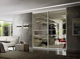 armadio con ante in vetro ante scorrevoli in vetro doors di zanette per delimitare il