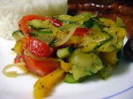 cuisiner des courgettes à la poele recette de poelée de courgettes aux duos de poivrons grillés