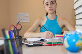 le bureau fille étude de fille fille faisant travail livres d école sur le