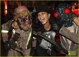 halloween horror nights the usher luke evans u0026 zoe saldana check out the frights at universal u0027s