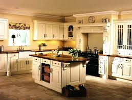 cream kitchen cabinets what colour walls2 different color in