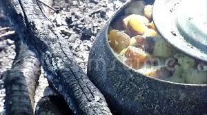 chaudron pour cuisiner le chaudron de fonte pour faire cuire peut être utilisé sur un feu