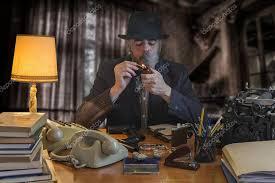 pipe au bureau mafia avec homme black hat s allume une pipe au bureau dans les