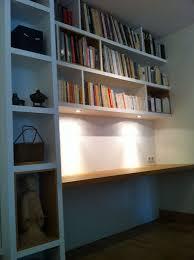 bibliothèque avec bureau intégré colonne bibliothèque et étagère avec spots intégrés bibliothèque