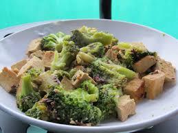 cuisiner brocolis a la poele recette poêlée de brocolis au tofu aubarona