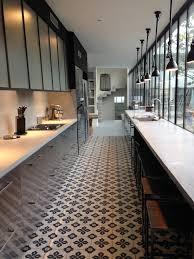 cuisine en couloir cuisine tout en longueur la verrière casse l effet couloir le sol