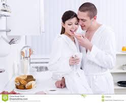 les amoureux de la cuisine amoureux heureux prenant le petit déjeuner photo stock image du