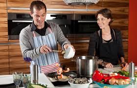 faisant l amour dans la cuisine les hommes qui cuisinent sont de parfaits partenaires de vie la