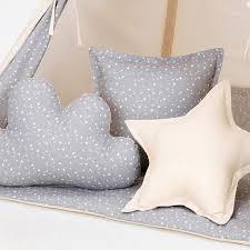 coussin chambre bébé coussin décoratif chambre bébé gris étoilé crème déco l jurassien