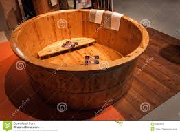 vasche da bagno legno vasca da bagno di legno foto stock iscriviti gratis
