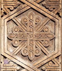 традиционный армянский орнамент вырезанный на древесине гегард 4