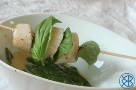 cuisiner pois mange tout recette gastronomique brochette de jacques snackées pois