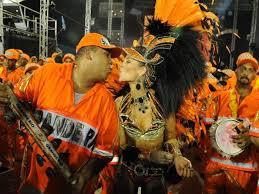 Veja a troca de beijos e carícias dos famosos