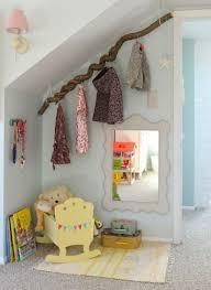 porte v黎ements chambre girlystan une branche comme penderie pour décorer la chambre de bébé