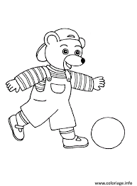 Coloriage Petit Ours Brun Joue Au Ballon De Foot dessin