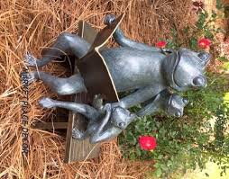 reading frog family bench metal garden sculpture statue parent