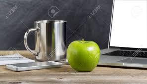 le bureau verte mise au point sélective d une pomme verte fraîche sur le bureau de l