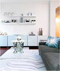 canap gris fonc salon blanc canapé gris foncé tapis blanc étagères papier peint