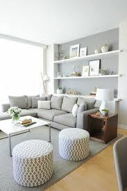 hellgraues sofa grau wandfarbe hellgraues sofa weiße regale wohnzimmer