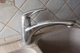 d駑onter robinet cuisine brico remplacer un mitigeur d évier