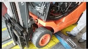 destravando as rodas da empilhadeira linde h20t com motor