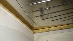 comment poser un plan de travail dans une cuisine fixer un plan de travail cuisine vier poser en bois dans une