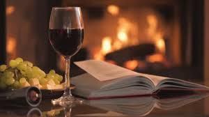 sur la table wine glasses cinemagraph verre à vin rouge avec un livre ouvert sur la table