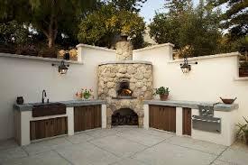 cuisine extérieure en maçonnerie installée en l sur murs