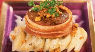 cuisiner tournedos un tournedos au lard et aux poires à la sauce au roquefort