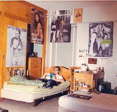 15 vintage photographs that show teenage bedrooms from between the
