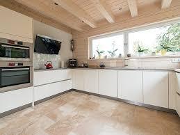 la cuisine au le travertin rustic s harmonise avec les meubles blancs de la