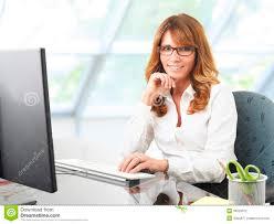 femme de bureau femme d affaires de sourire au bureau avec un ordinateur photo
