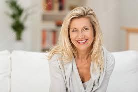 d ager un canap femme d âge mûr avec sourire rayonnant photographie racorn 60186837