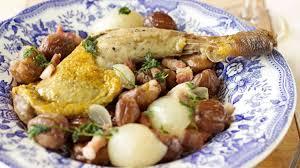 cuisiner des cuisses de pintade cuisses de pintade aux châtaignes et aux oignons grelots recette