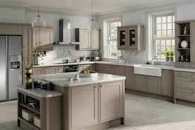 cuisine taupe et bois cuisine taupe et blanc amnagement cuisine conseils ides et