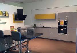 cuisine gris souris cuisine gris souris verni brillant et plan de travail en quart z