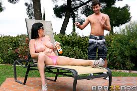 Backyard Milf Backyard Starring Rayveness From Mommy Got Brazzers