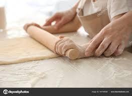 cours de cuisine en famille préparation de la pâte ensemble dans la cuisine de la famille