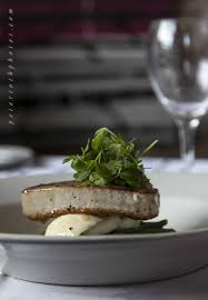 restaurant cuisine nicoise tuna niçoise salad fresh tuna steak presented on green beans