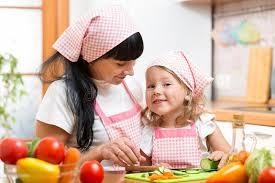 cuisine maman maman et sa fille préparant des légumes à la cuisine image stock