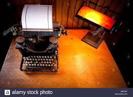 Schreibtisch Aus Holz Schreibtisch Aus Holz Beleuchtet Durch Eine Alte Lampe Mit Gelben