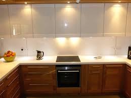 credence cuisine blanc laqu cuisine blanc laque et bois cuisine blanche laquée avec sol en bois