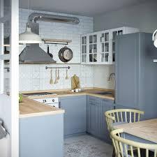 cuisine bleu pastel touches de bois dans un intérieur blanc et gris chic