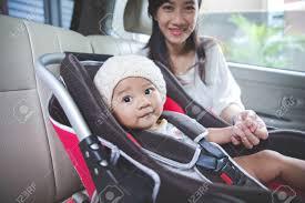 fixer siege auto portrait d une mère fixer bébé dans le siège auto dans sa