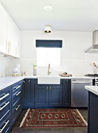 cuisine bleu marine mobilier de cuisine bicolore armoires blanches bleu marine crédence