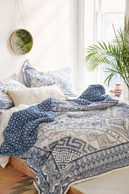White Bedrooms Pinterest by Best 25 Blue And White Bedding Ideas On Pinterest Bedspread