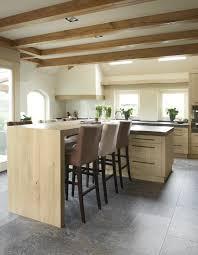 in de landelijke houten keuken is gekozen voor eiken fineer dat