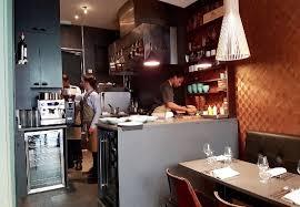 la cuisine au la cuisine au fond de la salle très joliment décorée picture of