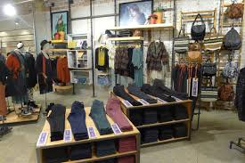 Home Decor Websites Like Urban Outfitters Urban Outfitters Use Black Fictures With Wood Shelves Shopfit