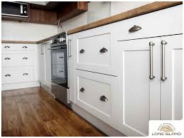 do you use knobs or pulls on kitchen cabinets choosing kitchen cabinet hardware what to consider
